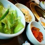 壱語屋 - 定食のナムルやサラダ、キムチ、冷奴