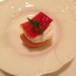 マンサルヴァ - クリーミーモッツレラチーズのムースとセミドライフルーツトマトのブルスケッタ