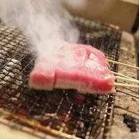 オクトヤ - 【本マグロ炙り串】 新鮮な本マグロを炭火で炙ります。