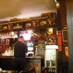 英国パブ シャーロックホームズ - ボトルが並んでます