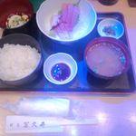 冨久井 - 刺身定食 ¥870(金曜サービス・通常¥1020)※前にあった水槽の青色照明が写り込んでる・・