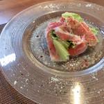レストラン エスカリエ - ハンガリーの国宝マルガリッツァの生ハムとトマトのサラダ