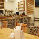 トモチェカフェ - 木の香りがする店内です。