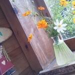 ぽっぽの木オーガニック・カフェ - 玄関窓には季節のお花が