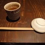 魚料理 ろっこん - お茶を飲んで待ちます。
