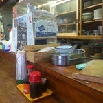 徳仙  - 店内カウンター席と厨房側
