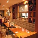 ピッコリ - 席は広々としていてお皿をいっぱい使う食べ放題には使いやすい感じです。