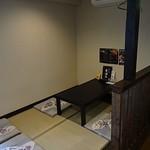 博多もつ鍋 玄海庵 - 座卓は4人掛けが3つと2人掛けが1つでこじんまりしています