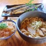 屋久どん - うどんのDセット(屋久島うどん➕刺身ミニヅケ丼) ¥1050 奥 飛魚の姿揚げ¥750