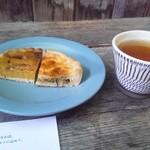 タルトレット - ナスキッシュ(皿右)かぼちゃタルト(皿左)、ベトナム茶
