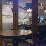 カルペディエム - 細長いお店でカウンターの後ろにテーブル席もあります
