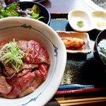 米沢牛焼肉 仔虎 - 米沢牛炙り刺し丼(2009年)