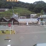 いかりやレストラン デミタス - 窓からは駅が見えます