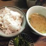 やまめ山荘 - ごはんとヤマメの身が入ったお味噌汁・お漬け物です。