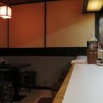 季節料理 西田 - カウンター席とテーブル席があります