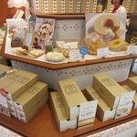 東京ミルクチーズ工場 - 陳列棚の様子。