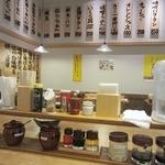 手作りの味噌らーめん 味噌樽 - 店内&卓上の様子。