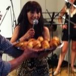 イ リブロス - 2012年6月23日ボリビア・ダンスパーティー主催者のゼノビア・ママニさんです