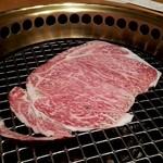 和牛いしざき - 焼きしゃぶ1  まず肉を広げて、