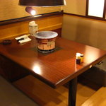 和牛カルビ屋 朱苑 - 通常テーブル席。その他、お座敷席もございます。