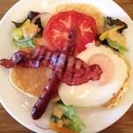 モグモグ - 野菜とベーコンと卵のパンケーキ
