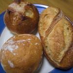 15581565 - あ~~名前忘れちゃった、、、りんごの入ったパンと卵と牛乳をふんだんに使ったパン、バケット