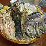 民宿 菊水 - 料理写真:メインの海鮮焼 活鮑、伊勢海老半身、蟹足、さざえ、白貝、烏賊、帆立、コーン