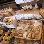 ミルク工房そら - 内観写真:チーズやヨーグルトなど乳製品の販売ケース