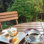 桜ガーデン - ガーデンでコーヒーとレモンチーズパイとクレームブリュレと季節のフルーツの盛り合わせ