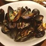 アルモニーア - またまたムール貝。 こんなに山ほどムール貝食べれるなんて幸せ〜 貝を食べ終わっても、ガッツリ残ったスープ飲みますよ。止まらないんですよ、これが。
