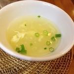 15689675 - 中華料理屋で出てくるようなスープも付きます