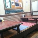 けやき食堂 - 壇を上がってテーブル席