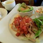 カシュ カシュ - 鶏肉のソテー、チーズのせトマトソース(週替わりプレートランチ)