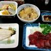 居酒屋みっちゃん - 料理写真:お通し3品と馬刺し
