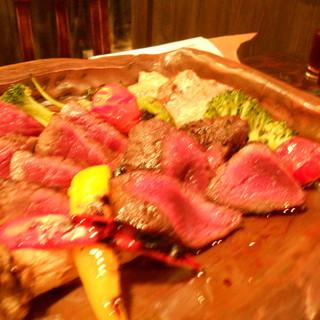 日本各地からマタギが厳選したスーパージビエを炭火で食します。