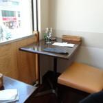 千疋屋レストラン BIWAWA - 窓際には独り席があります