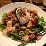 15748759 - ポーチドエッグの入ったリヨン風サラダ
