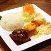 コンフォート - 料理写真:全て手作りにこだわり、肉汁あふれるハンバーグに、サクサク衣のエビフライ・白身魚フライが付いた人気の『Aランチ(ドリンク付)1,000円』