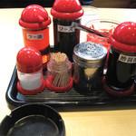 長崎亭 - 隣のお客さんの真似をして、スープに少しウスターソースを垂らしてみると(長崎風)、ウマウマになりますね。