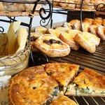 パ・パン - 中央の陳列テーブル 手前にあるのは水前寺菜とベーコンのキッシュ