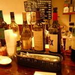 ビスポーク - カウンターにはグラスの価格が書かれたワイン