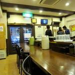 つけ麺 丸和 - コの字のカウンター席のみ