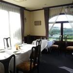 シェ・ヌゥ - レストラン シェ・ヌゥの店内。窓からは金沢の町が一望できる。