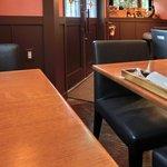 オステリア 谷中のトラモント - 店内のテーブル席の風景です