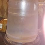 15846654 - 各テーブルには、温泉水を濾過したお水が置いてあります