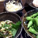 GOGO居酒屋 - お通し(上段)&つぶわさ、枝豆
