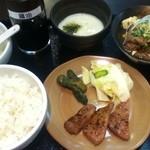 いろは弐 - ランチのハーフ&ハーフ。牛すじ煮込みと牛タン。サラダバーつき!+150円でとろろをつけて。大満足の内容。