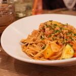 ヒュース - 豚肉と彩り野菜のトマトソースパスタ