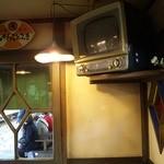 青梅想い出そば - 内観写真:店内には、昭和30年代のテレビが懐かしいですね。見られませんけどね(笑)