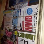 Baja - 店内には雑誌などが豊富に
